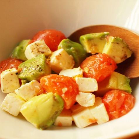 トマトとアボカドのチーズサラダ