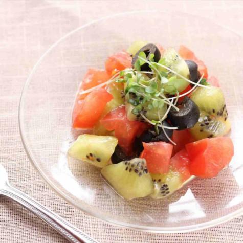 キウイフルーツとオリーブのイタリアンサラダ