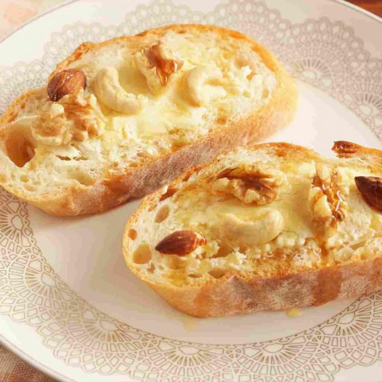 クリームチーズとハチミツとナッツのオープンサンド