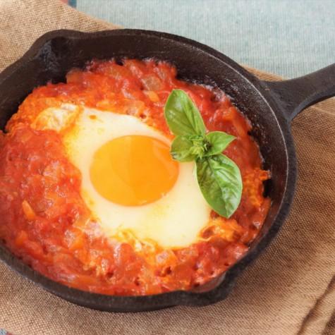 トマトソースの半熟卵煮込み